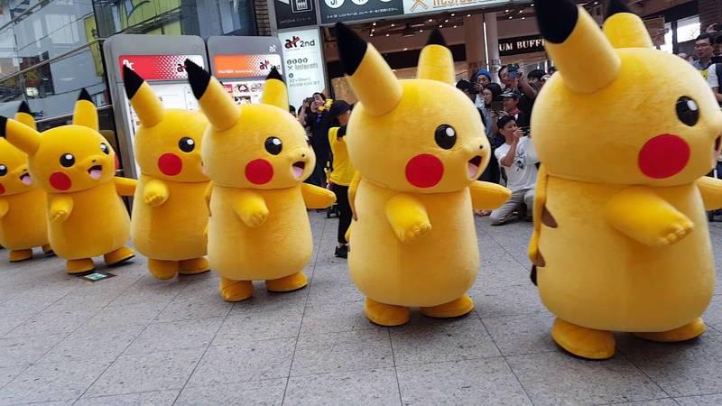 Varios pikachus animan al público en The Pikachu Outbreak Festival.
