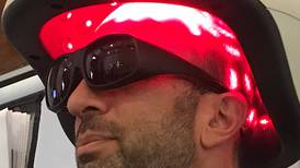 Crean casco que con energía lumínica evita caída del cabello y aumenta su crecimiento