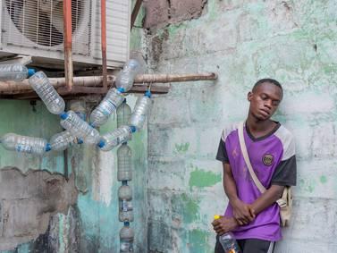 """Preocupación en el Congo por el bombé, una extraña droga artesanal que convierte a las personas en """"los zombis de Kinshasa"""""""