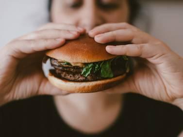 Los químicos que se utilizan para fabricar tubos industriales y guantes de goma se encuentran en el 80% de la comida de McDonald's, Burger King y Pizza Hut
