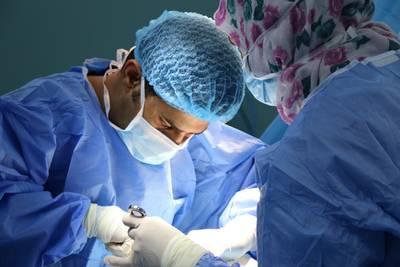 Realizan con éxito trasplante de riñón de un cerdo a un humano, así fue el procedimiento