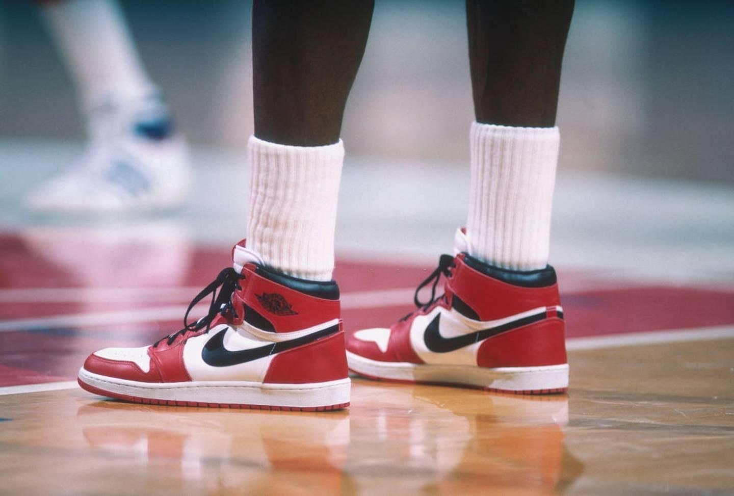 Michael Jordan utilizando las Air Jordan 1 en su año de novato en la NBA