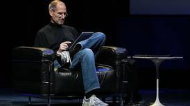Steve Jobs sería dos veces más rico que Jeff Bezos, calculan expertos en economía