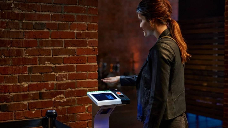Con Amazon One, los asistentes solo deberán colocar su mano sobre el dispositivo para entrar a los conciertos.