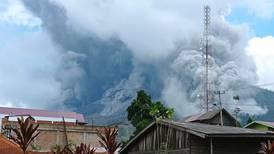 Volcán en Indonesia que mató a 26 personas hace 11 años registra actividad con nubes de cenizas que pasan los 4.500 metros